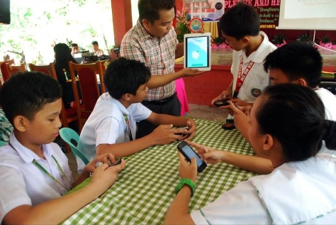 E-LEARNING. A Safe School advocate teaches the procedures in downloading and using the application to the participants of the Safe School Philippines conference. Photo by Kenly Monteagudo